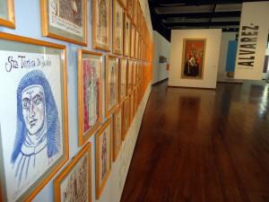 Mural Monjapolis, compuesto de 90 dibujos de monjas, en su mayoría santas o de relevancia histórica, como la poetisa mexicana Sor Juana Inés de la Cruz. Al fondo, Retrato del retrato del Sor Joaquina del Sr. San Rafael, monja indígena oaxaqueña.