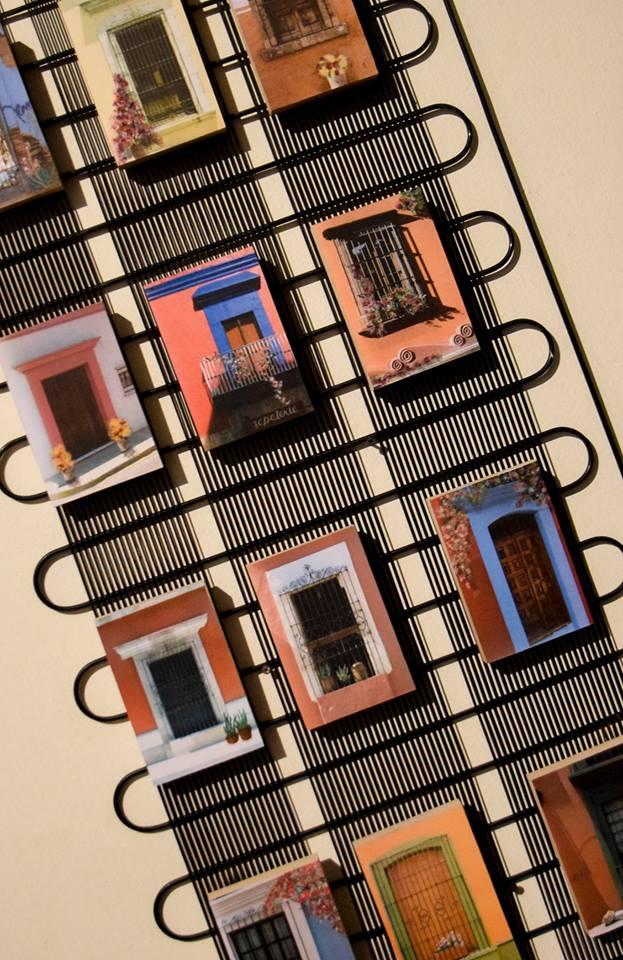 Pieza de Susana de Colombres. Fotografía digital intervenida con acrílico y montada en estructura metálica.