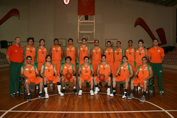 Aztecas gana en el clásico de baloncesto 64-54