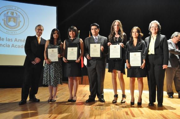 UDLAP entrega la distinción Scholar y medallas Compromiso con la Educación