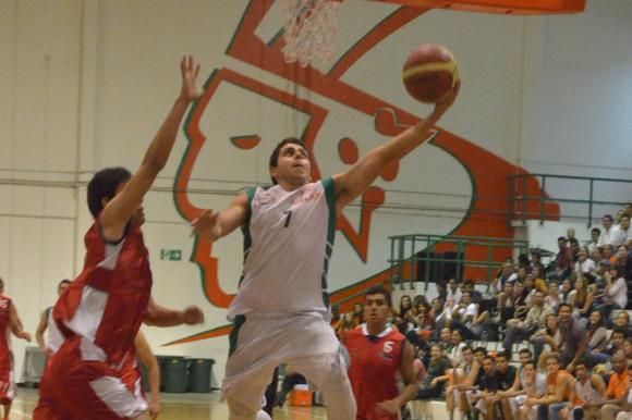 Ex Azteca de baloncesto bota el balón en lo profesional
