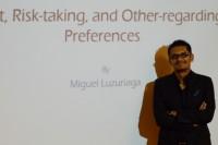Egresado de la UDLAP realiza experimentos para responder a cuestionamientos relevantes para la economía