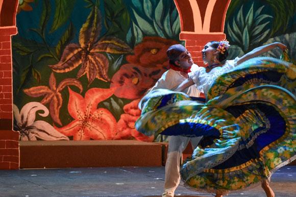 Con alegría, marimba y tarima la UDLAP presenta muestra de folklore mexicano