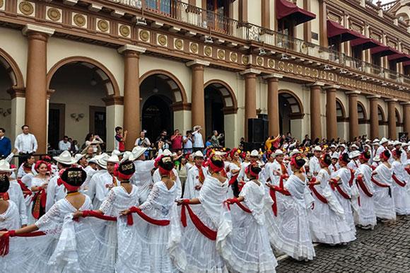 Bailarines UDLAP son parte de la 5ª edición del Récord de la Bamba y el Danzón